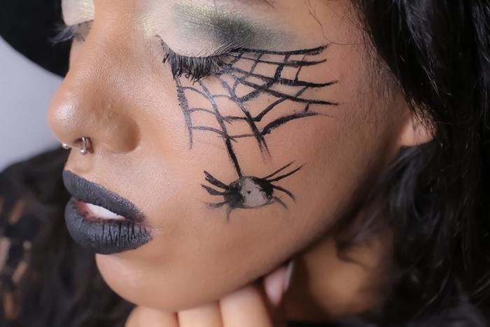 maquillage araignée visage facile fards à paupières vert foncé rouge à lèvre noir mat dessin halloween simple eye liner noir