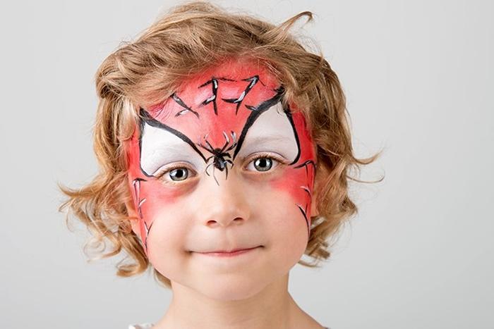 maquillage halloween enfant facile avec peinture visage blanche dessin toile araignée eye liner noir déguisement garçon facile