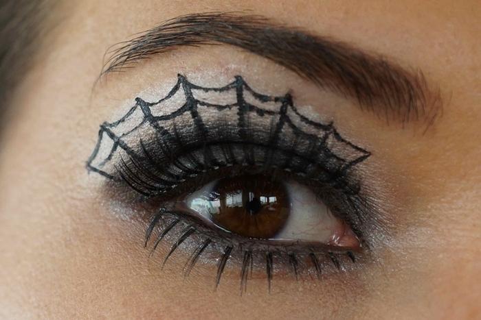 maquillage halloween simple à faire soi même technique smoky yeux fards à paupières noir et blanc yeux noisettes