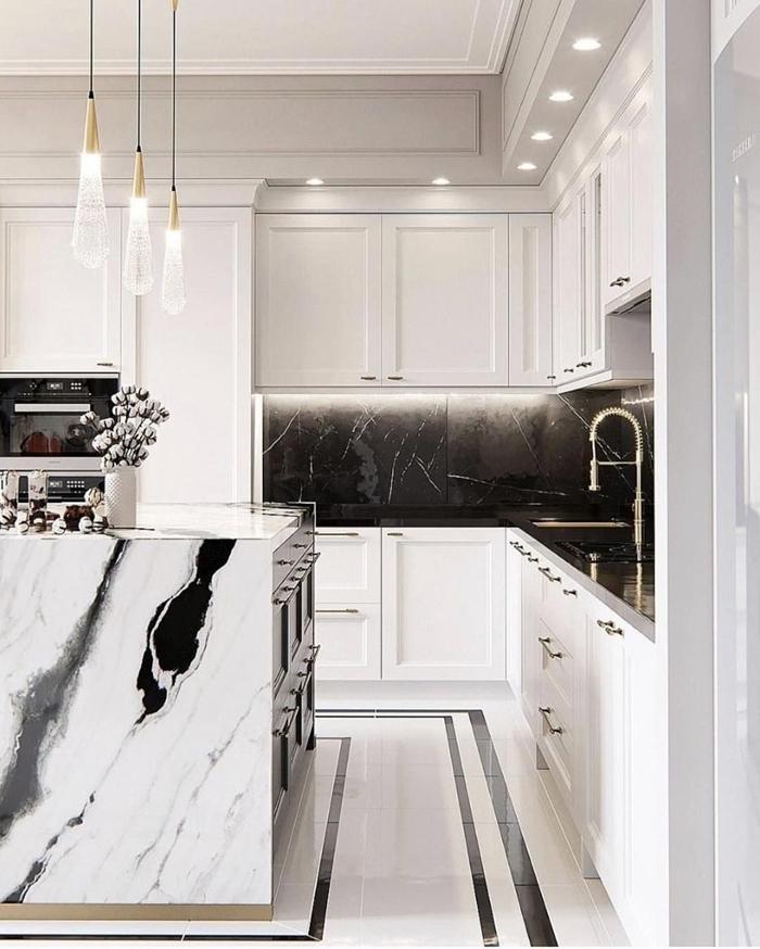 marbre noir et blanc décoration cuisine en l avec îlot luminaire suspendu éclairage spots led meubles armoires blanches