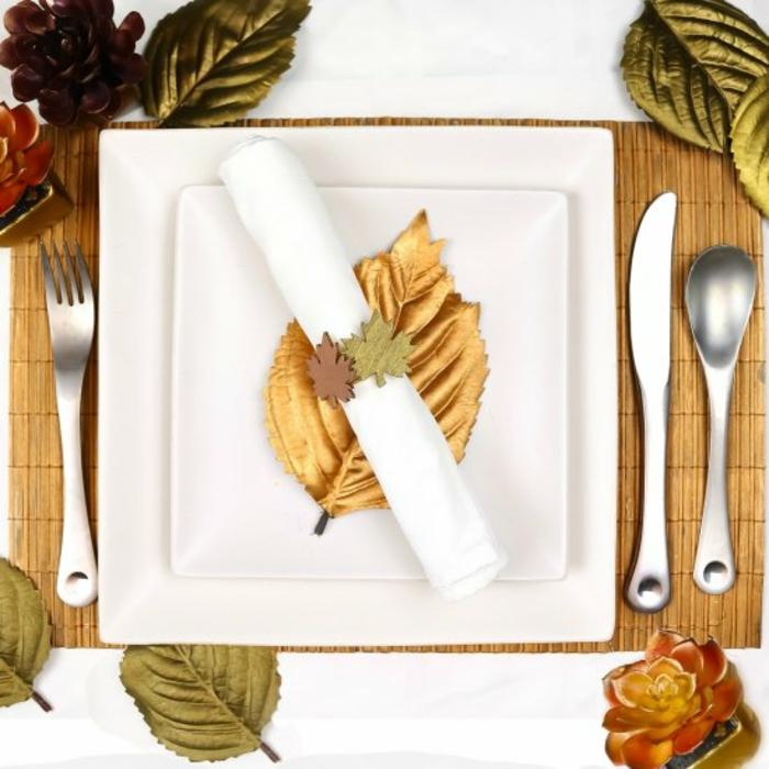 mariage automne thème automne cool idées comment décorer assiette carré feuille doré nappe blanche