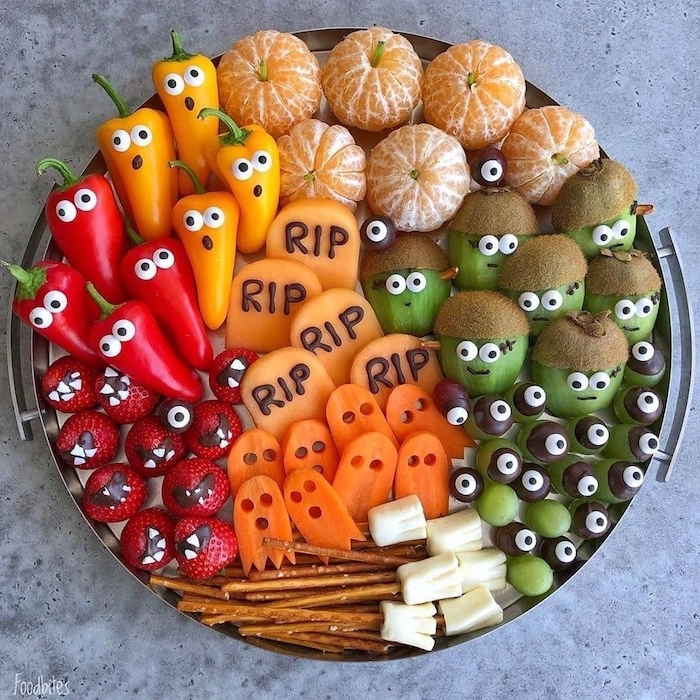 menu halloween pour enfant plateau kiwi balai bretzel et fromage fraises carotte poivrons et raisins