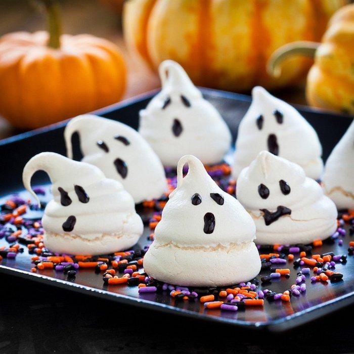 meringues de halloween patisserie halloween à motif fantome avec des pépites sucre colorées au fond