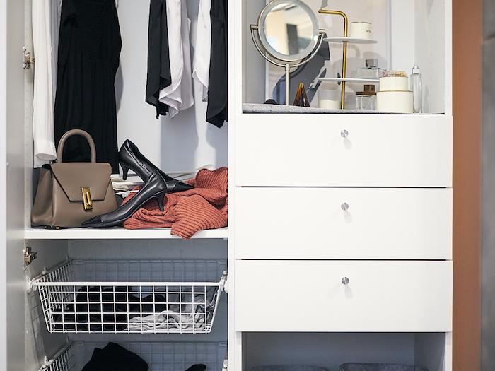 methode marie kondo des astuce comment organiser nos chaussures et notre arrmoire un miroir et de maquillage