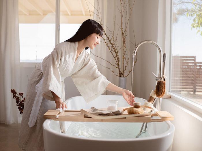 methode marie kondo konmari dans la salle de bain en style zen