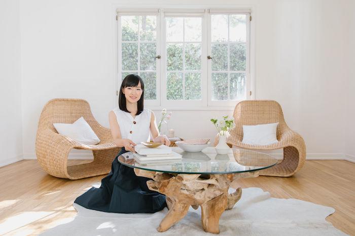 methode marie kondo konmari dans la salle de sejour ensoleille deux fauteuils contre la fenetre