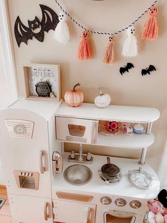 meuble bois blanc cuisine enfant deco halloween diy petite citrouille rose pastel guirlande fantôme glands laine chauve souris
