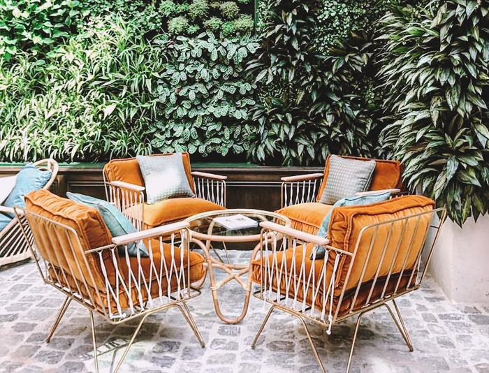 meubles de jardin salon rotin fauteuil exterieur deco zen mur vegetal plantes astuces deco exterieure