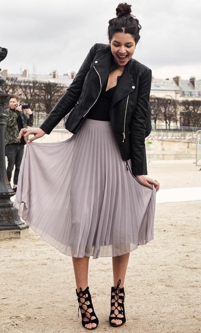 midi jupe quel manteau avec une robe longue tenue décontractee fille souriante chignon haut sandales a talon