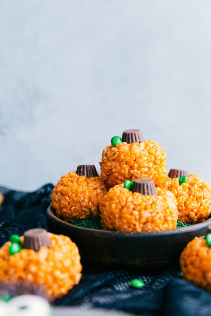 mini gateau de riz soufflé couleur orange avec tige de bonbon idee repas halloween simple et rapide