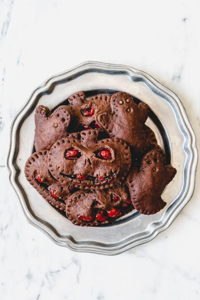 mini tartelettes maison motif citrouille monstre halloween avec confiture de cerises au cacao idee gouter halloween simple a faire pour enfants