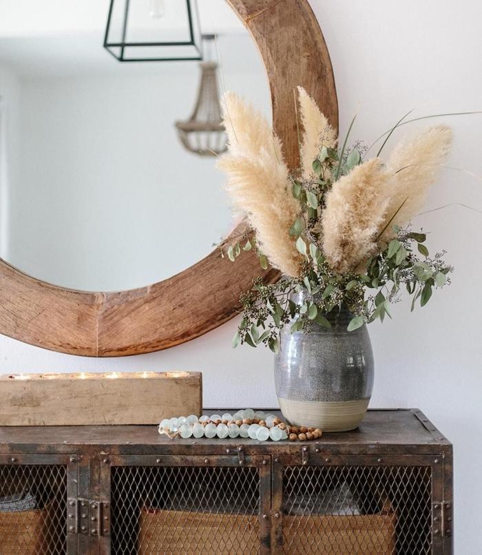 miroir cadre bois brut armoires métal grillage pampa sechee collier perles boîte bougies bois vase gris et beige