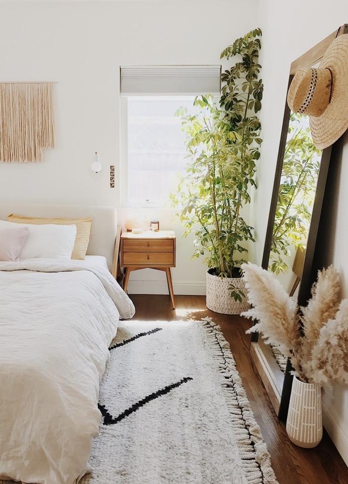 miroir chambre bohème capeline paille macramé suspension murale tête de lit tapis blanc franges déco avec herbe de la pampa