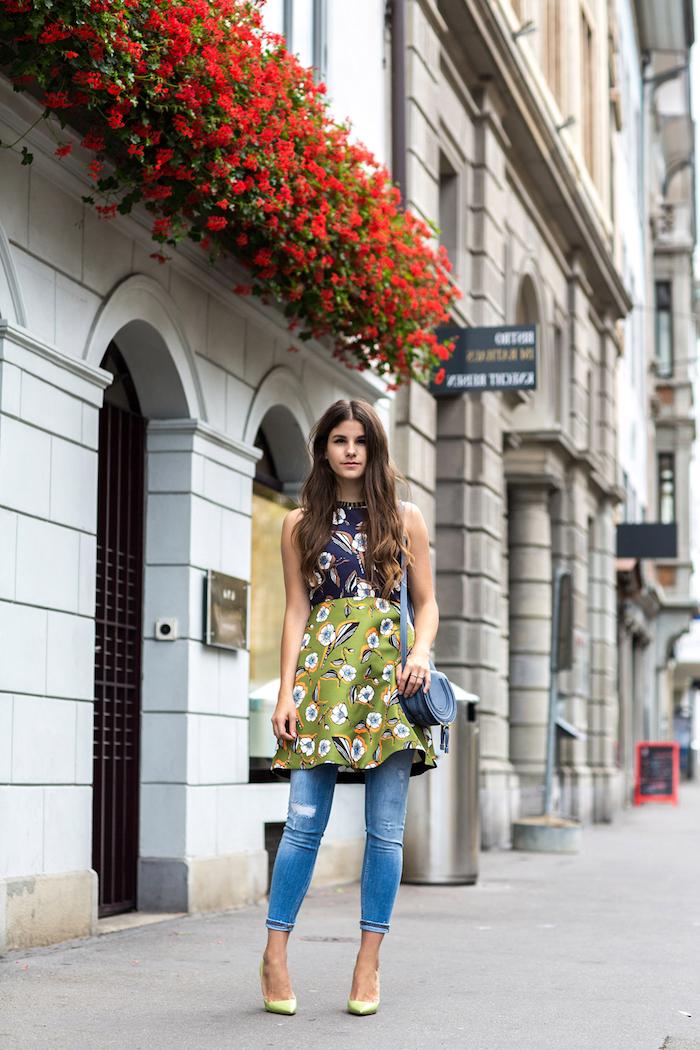 mode année 2000 la tendance avec des jeans et robe une fille vetu de robe verte à fleeurs