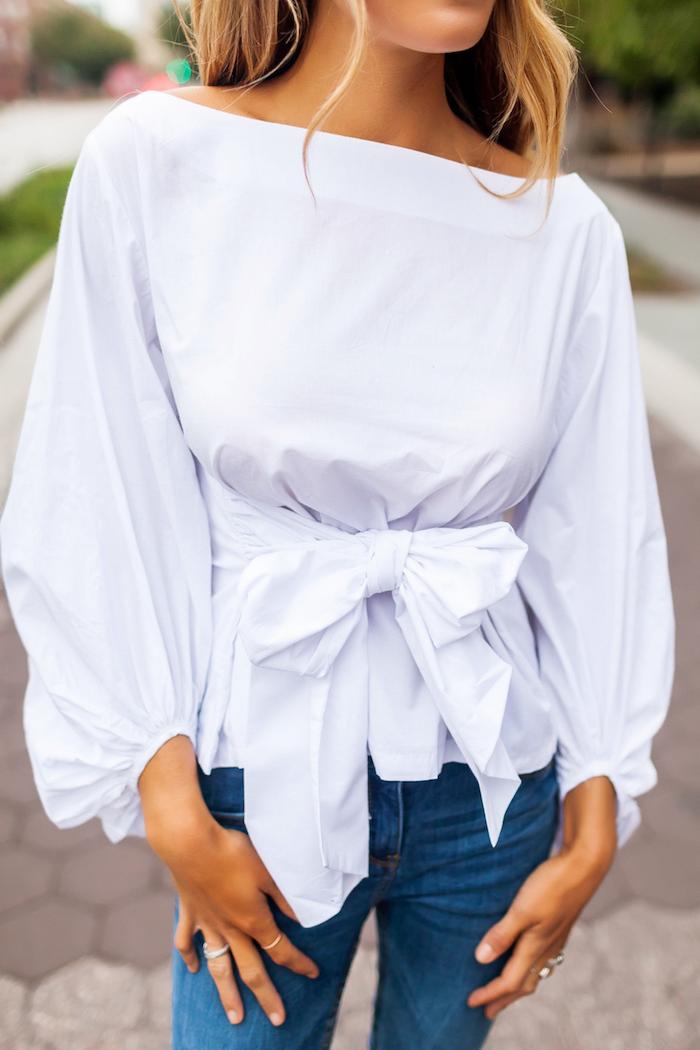 mode femme 2020 des jeans et une blouse aux manches bouffantes avec un ruban par la taille