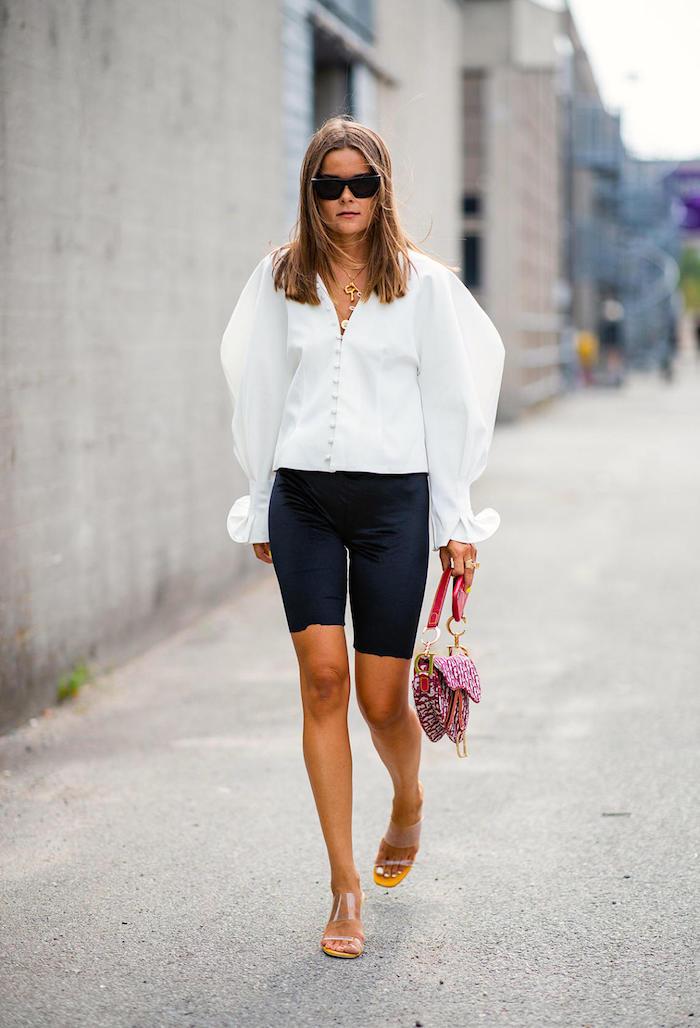 mode femme 2020 look en partacourt et chemisier manche bouffante blanc fille avec des lunettes noires et sandales oranges