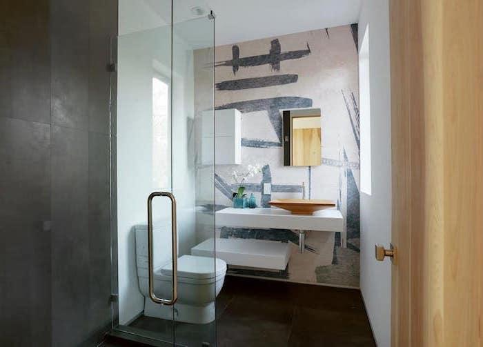 modele de salle de bain moderne avec des peintures aux murs design original