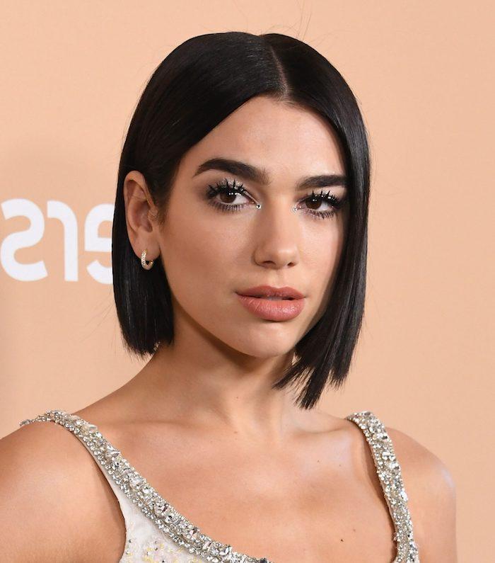 moderne court femme tendance coiffure 2020 couleurs melanges noir et rouge une fille avec piercing au nez 1