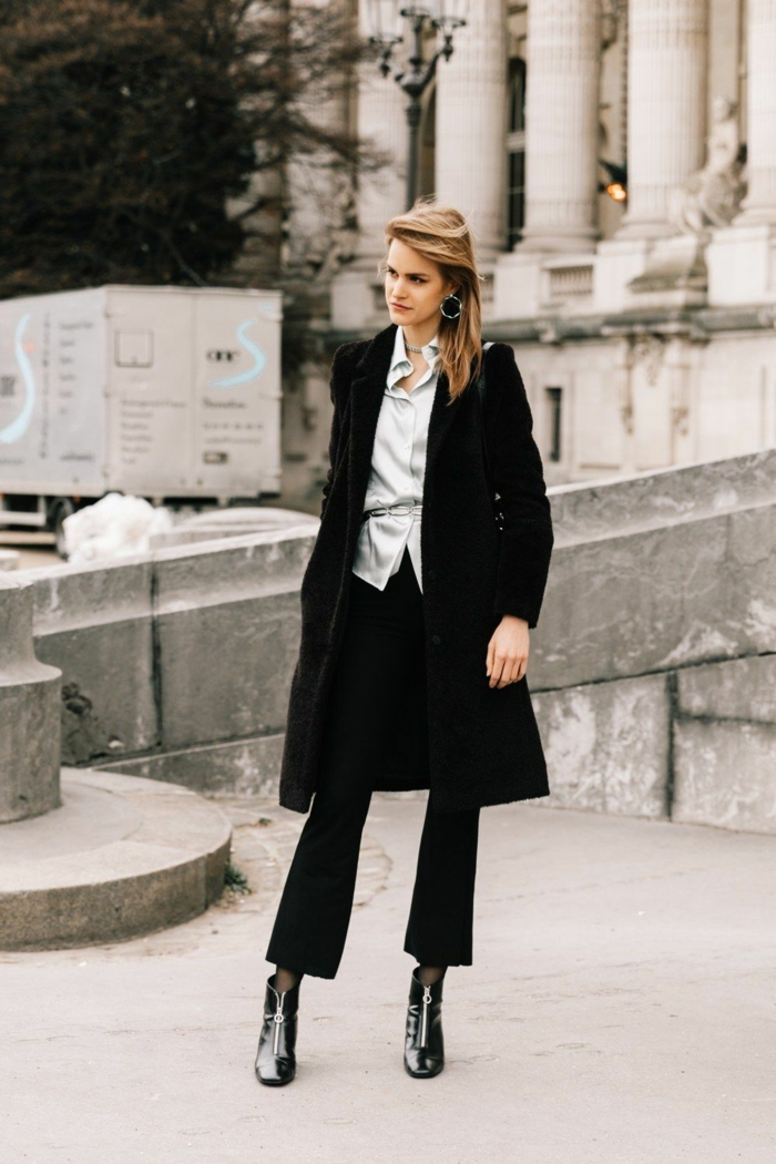 moderne tenue de ville pantalon chemise et manteau noir long vestiaire des parisiennes tenue stylée femme look bcbg tenue avec bottines