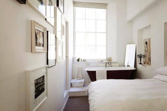 mur de cadres chambre parentale avec salle de bain blanche baignoire noir et blanc déco petite chambre appartement parisien déco