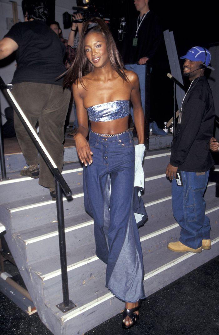 naomi campbell a une premiere tout en denim vetue d un top tube et des jeans look retro