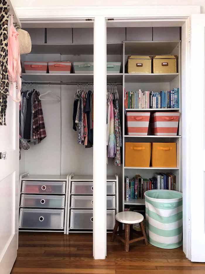 organisation maison armoire bien range avec des boites et des vetements