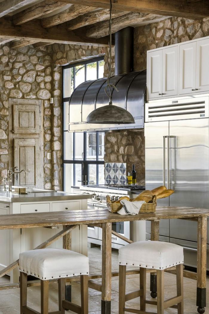 originale idee cuisine chene cuisine champêtre dans la grande ville chaise bois et blanc cuir