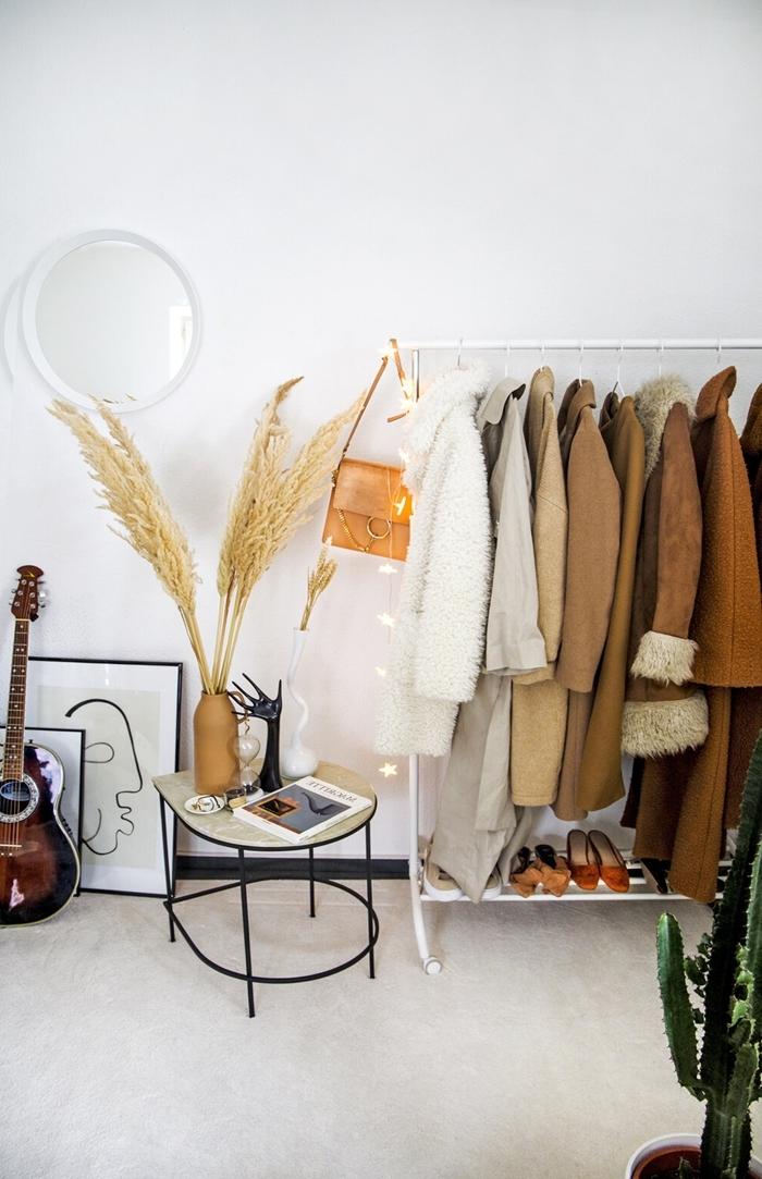 pampa deco miroir rond table basse métal noirci cadre photo noir art abstrait peinture guitare cactus intérieur déco chambre blanche