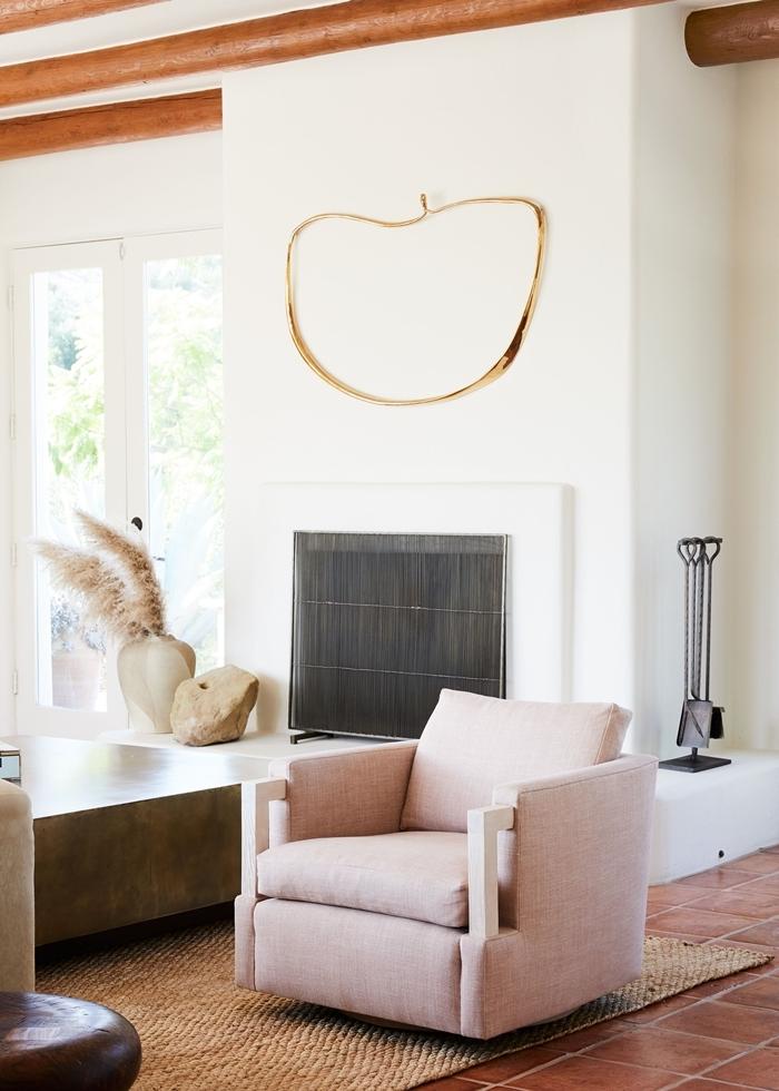 pampa deco poutres apparentes bois design salon blanc fauteuil rose poudré carrelage marron vase beige cheminée