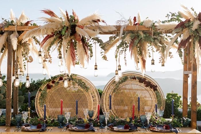 pampas séchées décoration cérémonie mariage bohème chaise rotin paon fleurs séchées bougies centre table feuilles vertes