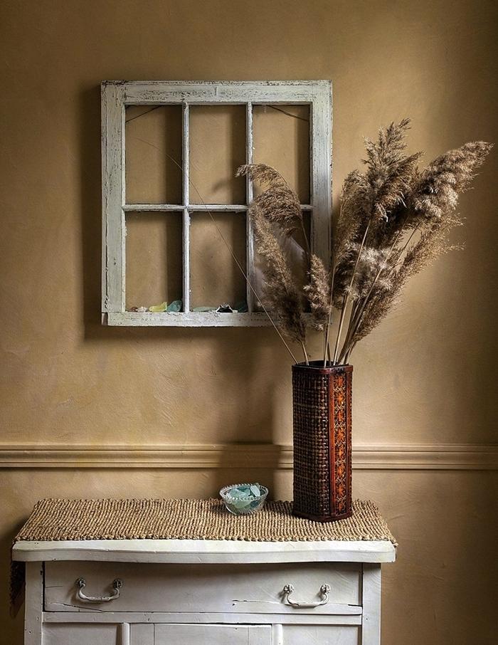 pampas séchées peinture murale sable fenêtre décorative commode bois vintage vase bois accessoires déco couloir