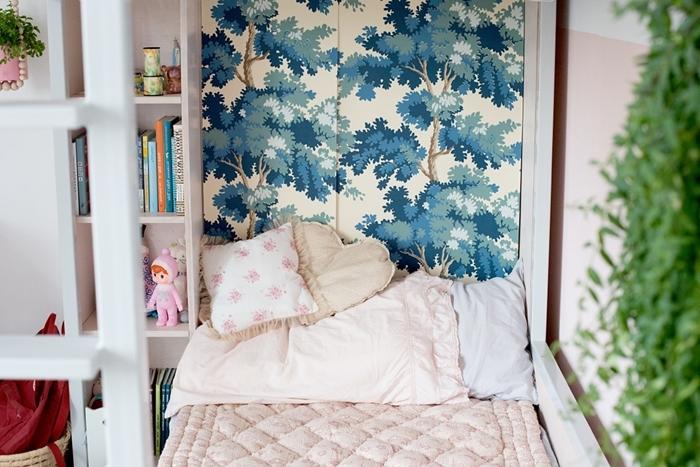 papier peint motif arbre aquarelle tete de lit fait maison facile meuble de rangement bois blanc déco chambre enfant