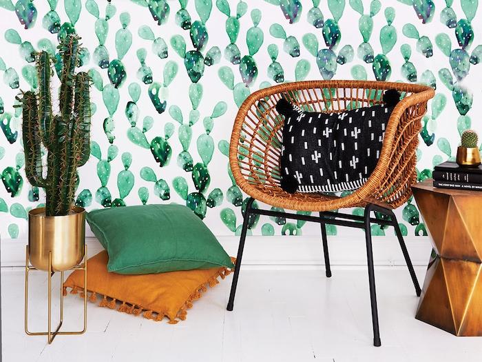 papier peint motif cactus aquarelle coussins boheme et chaise tressée cactus en pot de laiton deco plante interieur