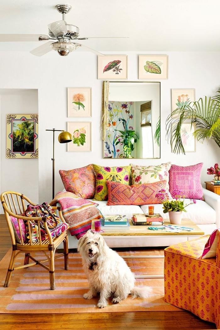 parquet bois art mural pages botaniques salon boheme style éclectique canapé blanc coussins rose lampe sur pied or