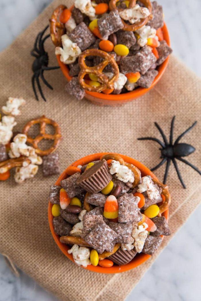 party mix mélange de popcorn bobnons bretzels guimauves dans une coupelle idée recette gouter halloween enfant