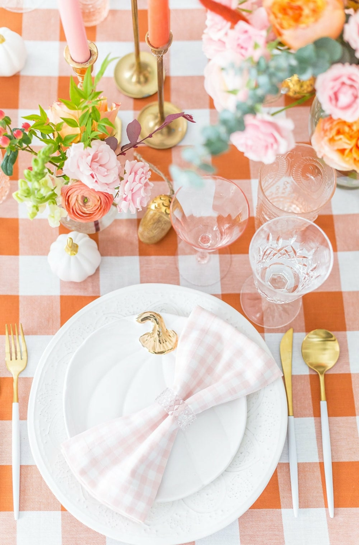 peche couleur et assiette citrouille avec top doré mariage automne thème automne cool idées comment décorer fleurs roses