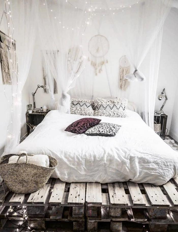 peinture chambre blanche lit baldaquin attrape rêve boho chic accessoire diy macramé suspension deco murale ethnique