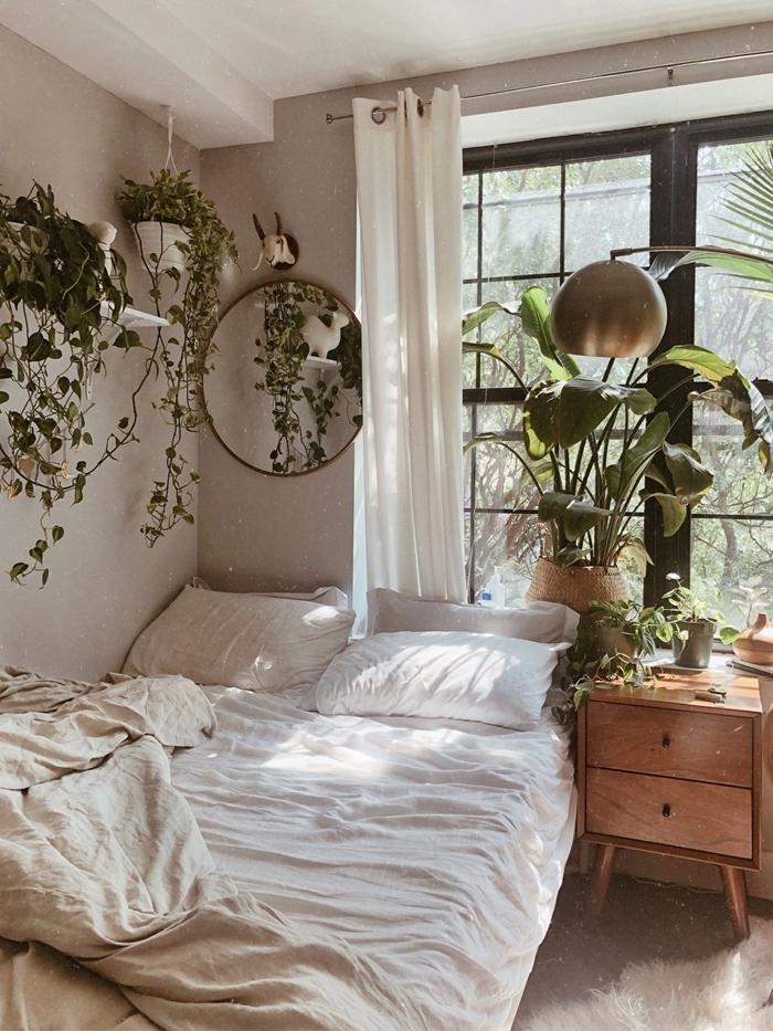 peinture chambre boheme gris et blanc rideaux blancs meuble de chevet bois plantes vertes suspension macramé miroir rond