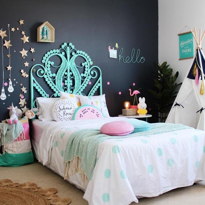 peinture foncée décoration chambre fille avec tete de lit moderne forme paon turquoise tipi diy plante verte guirlande étoiles dorées