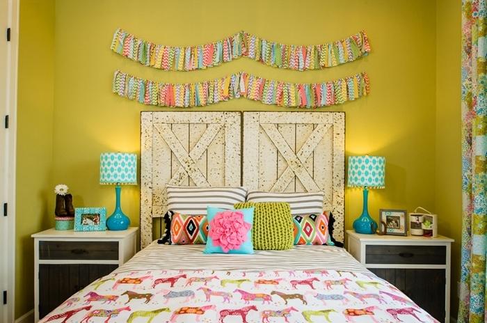 peinture murale chambre enfant lampe de chevet blanc et turquoise idée comment fabriquer une tete de lit avec volets bois recyclés