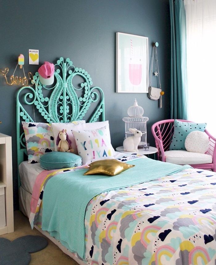 peinture murale foncée rideaux verts tete de lit a poser au sol à design paon turquoise meuble de chevet blanc tapis gris