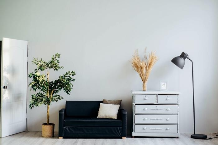 peinture murale tendance meuble foncé style japonais canapé noir lampe à poser gris mat commode blanche vintage cache pot cannage tressé