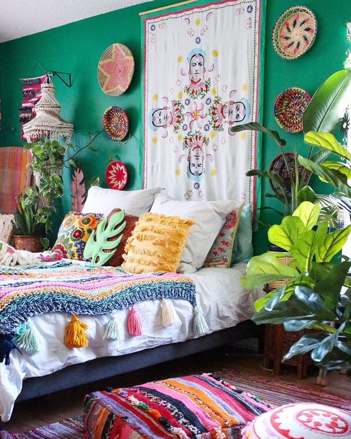 peinture murale turquoise tenture murale deco ethnique chic chambre coussins décoratifs panier pompons plantes