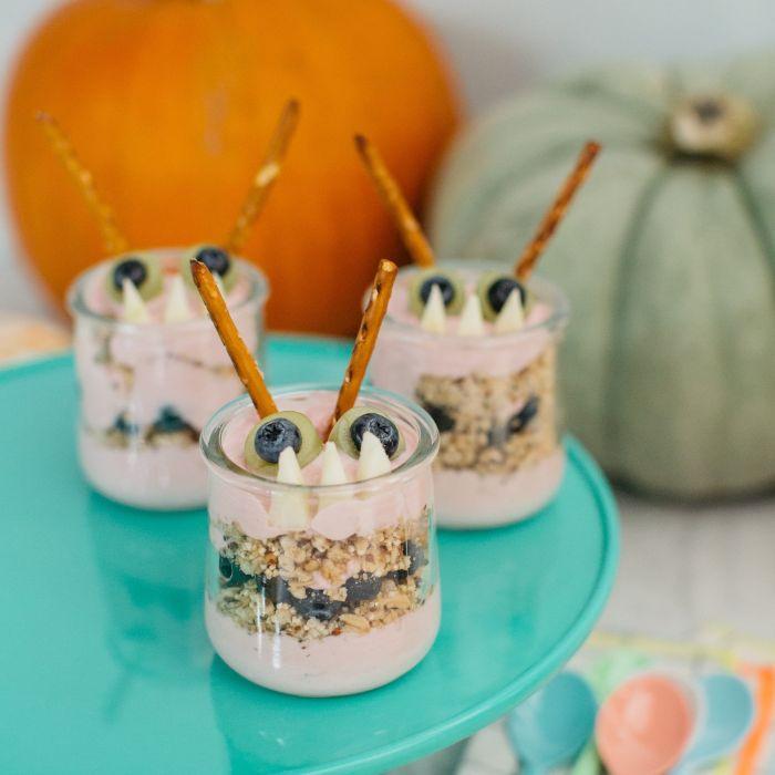 petit dejeuner halloween aux flocons d avoine avec de la creme et decoration motif monstre halloween pour enfant