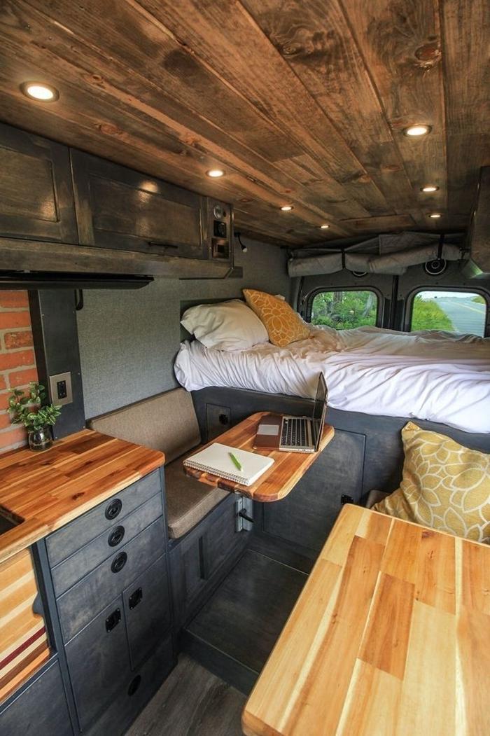 petit fourgon aménagé éclairage électricité homologation van véhicule transport rénovation meubles bois foncé lit