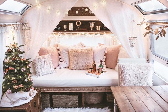 petit fourgon aménagé style boho chic coussins décoratifs couleurs pastel pompons étagère guirlande lumineuse meubles bois