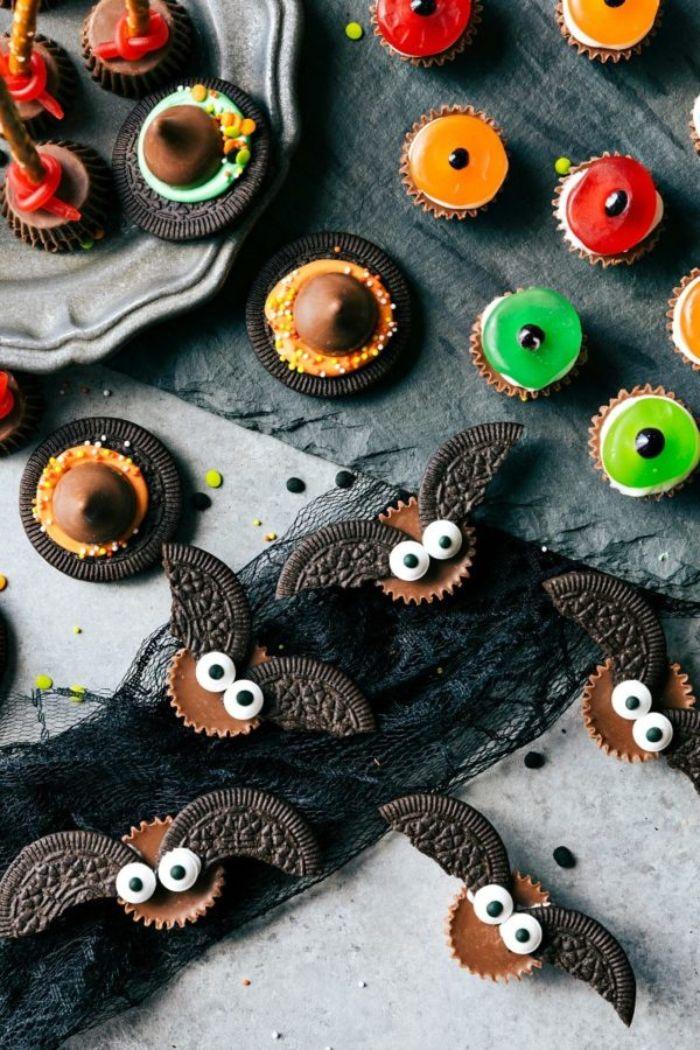 petit gateau pour halloween avec des cookies oreo et des bonbons motif chauve souris halloween dessert facile et rapide et original