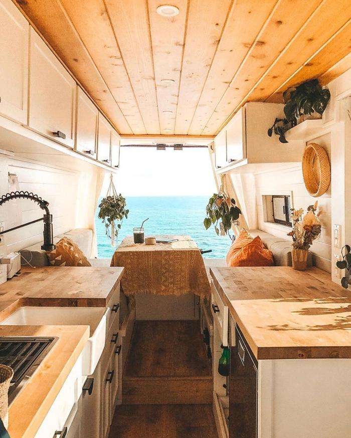 petite cuisine parallèle meubles haut bois blanc revêtement sol parquet aménager un fourgon en camping car soi meme