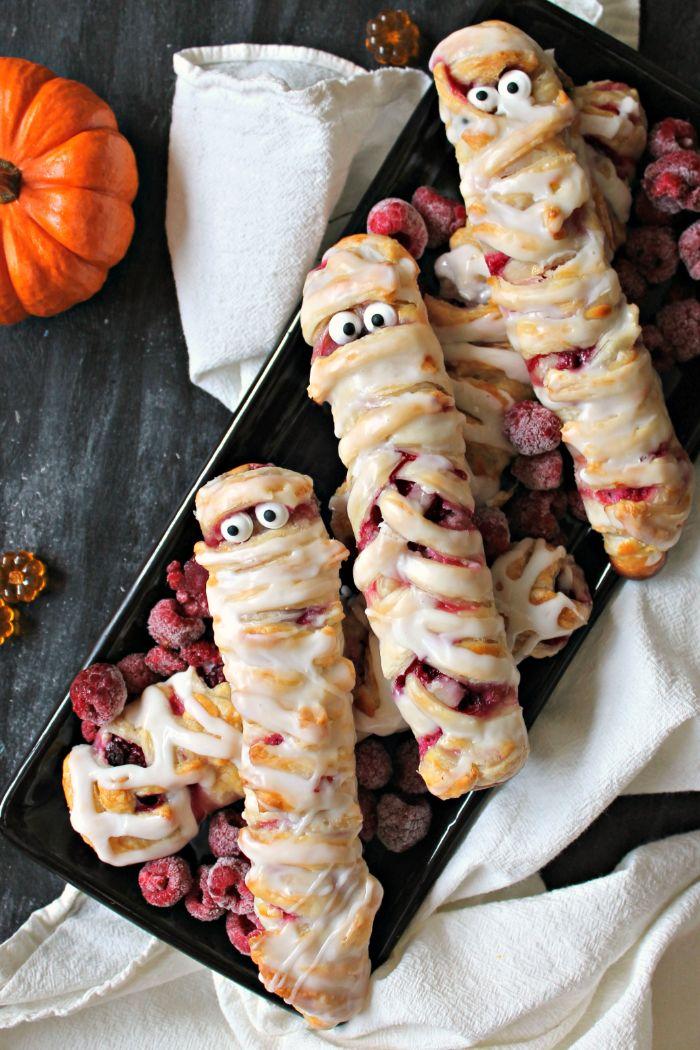 petites momies dans pate feuilletée au fromage à la crème et framboises gateau pour halloween simple pour enfant maternelle
