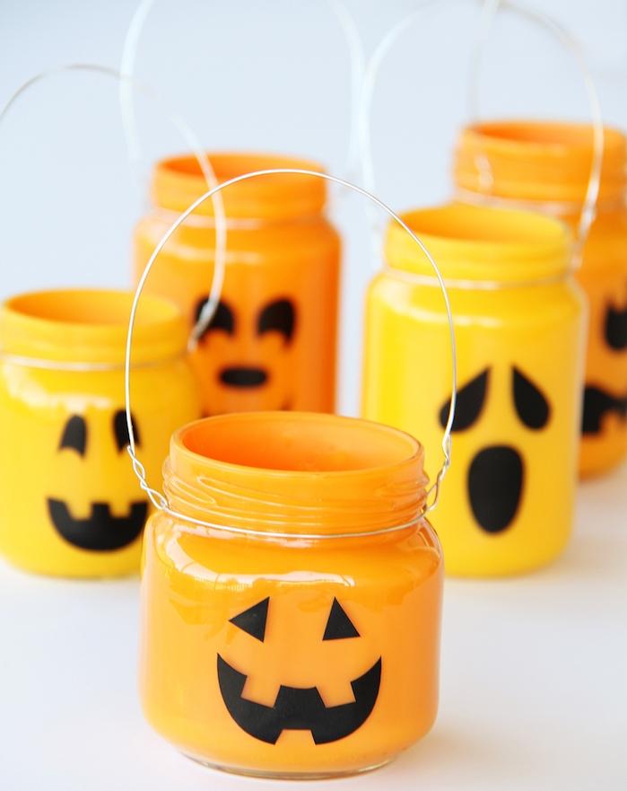 photophore halloween diy dans pot en verre décoré de peinture orange à l intérieur avec du papier noir motif jack o lantern0deco halloween diy